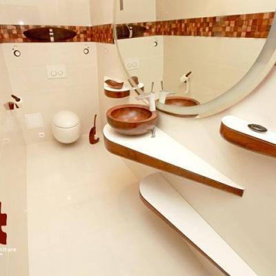 Drevené umývadlo s orechovým obkladom v kombinácii s vysokým leskom