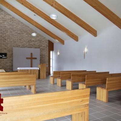 Dubové lavice s obradným oltárom