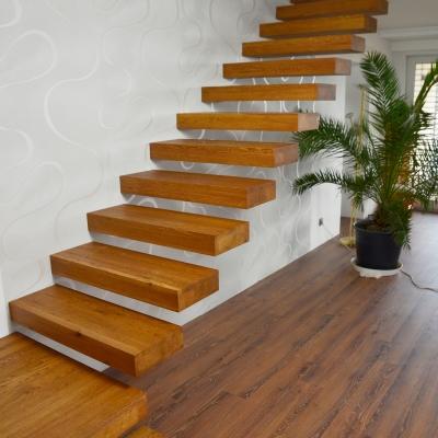 Dubové samonosné schodisko