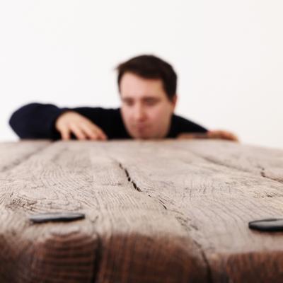 Dubový kartáčovaný jedálenský stôl s kovanými klincami. Úprava s čiernou patinou