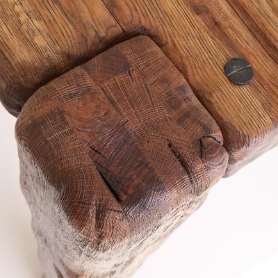 Dubový kartáčovaný jedálenský stôl s kovanými klincami. Úprava s čiernou patinou detail nohy