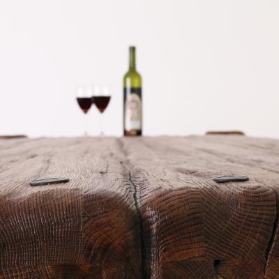 Dubový kartáčovaný jedálenský stôl s kovanými klincami. Úprava s čiernou patinou.