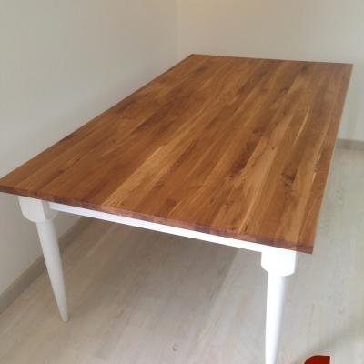 Dubový jedálenský stôl s bielou patinou.