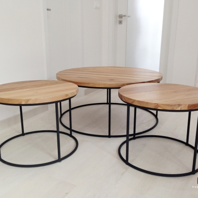 Set dubových konferenčných stolíkov – kruhový s oceľovou podnožou.