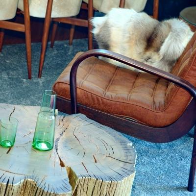 Konferečný stolík z bahenného dubu so zlatenou úpravou s kolieskovými nohami.