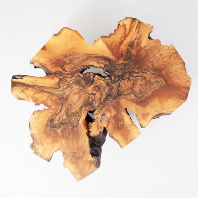 Konferenčný stolík z orecha – koreňovica s kovovými nohami v prevedení matná čierna.