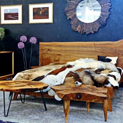 Orechová manželská posteľ s postrannými nočnými stolíkmi