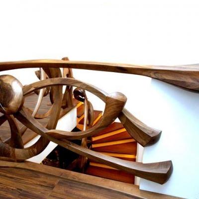 Orechové schodisko s plastikovým umelecký zábradlím