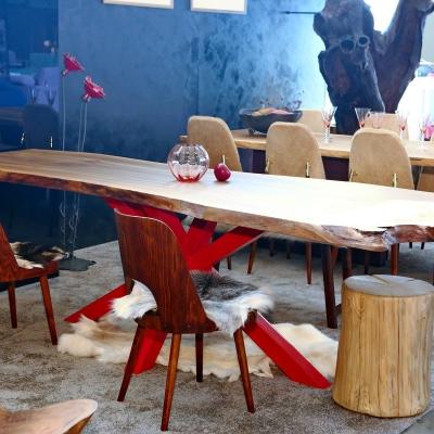Orechový jedálenský stôl jednofošnový s koreňovým nábehom. Kovová podnož v tvare X