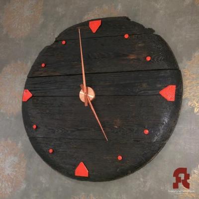 Smrekové hodiny s kovaným číselníkom
