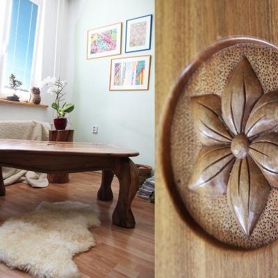 Vyrezávaný konferečný orechový stolík s dreveným ozdobným reliéfom