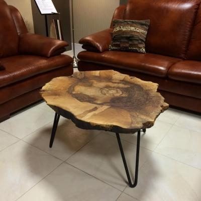 Konferenčný orechový stolík – kovové nohy.