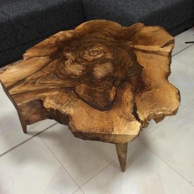 Konferenčný orechový stolík – drevené nohy.