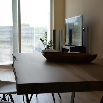 Masívny jedálensky orechový stôl.