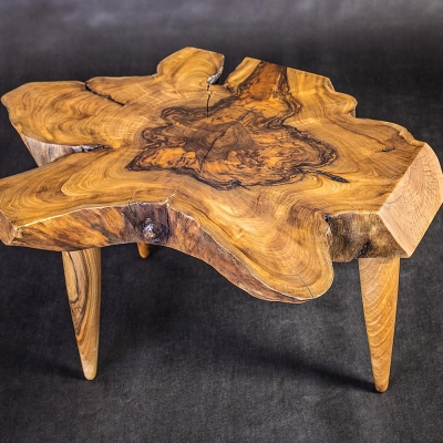 Orechový konferenčný stolík z koreňa s kúžeľovými drevenými nohami.