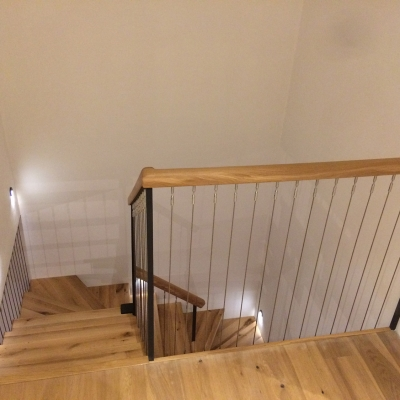 dubové schodisko zhora pohľad