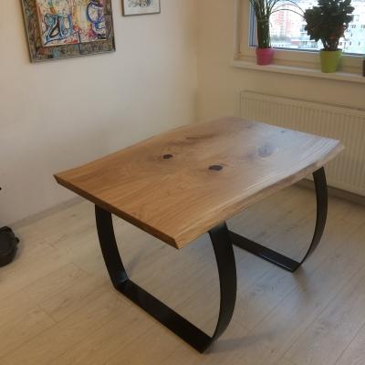 Dubový masívny jedálenský stôl s epoxidovími hrčami a trhlinami , oceľové čierne nohy