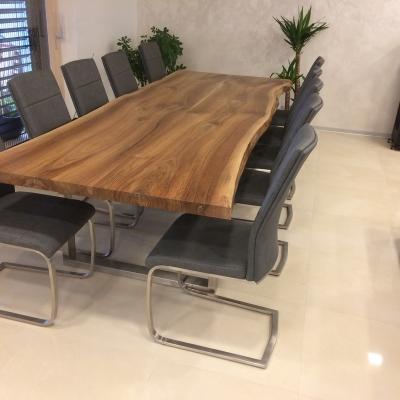 Orechový masívny jedálenský stôl s cínovanými trhlinami a hrčami s nerezovymi nohami