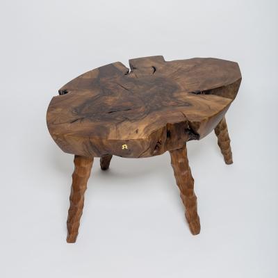konferečný stolík s drevenými nohami