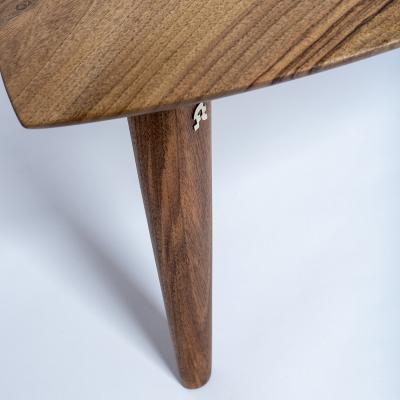 orechový konferečný stolík detail