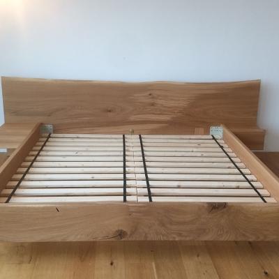 Dubová masívna posteľ s postranymi nočnými stolikmi čelný pohľad