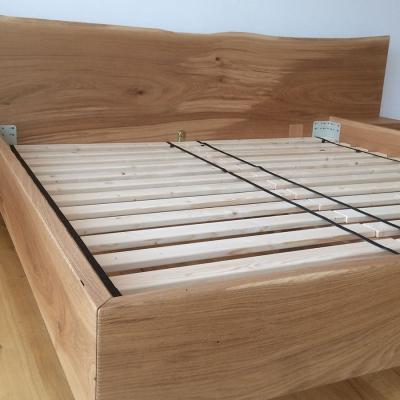 Dubová masívna posteľ s postranymi nočnými stolikmi