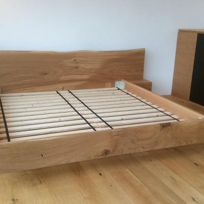 Dubová masívna posteľ s postranymi nočnými stolikmi detail zľava