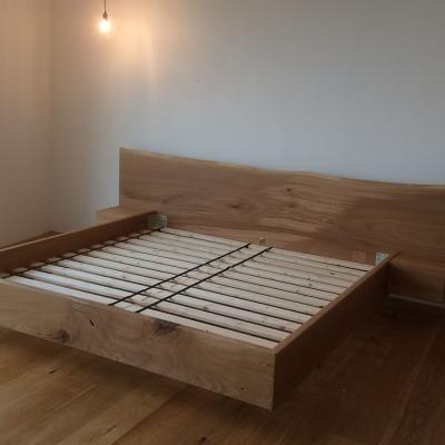 Dubová masívna posteľ s postranymi nočnými stolikmi detail zprava