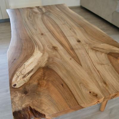 Orechový jedálenský stôl s drevenými nohami celkový pohľad