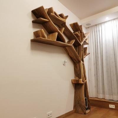 polica v tvare stromu z orechového dreva